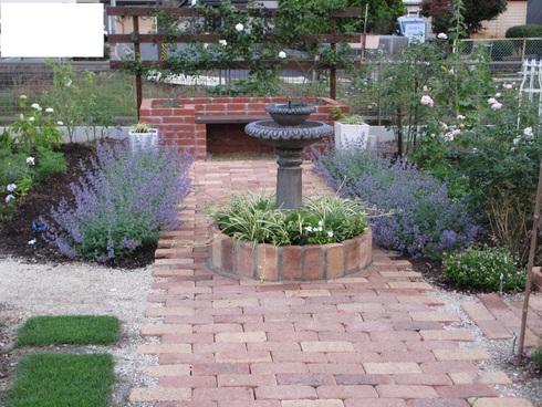 レンガ花壇横に新しいコーナーをつくりました_a0243064_1864733.jpg
