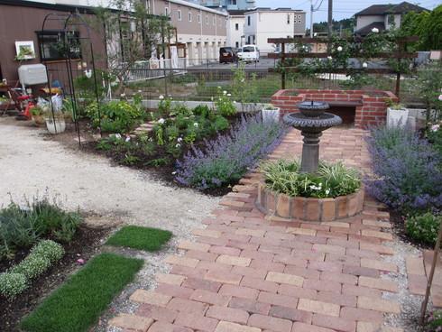 レンガ花壇横に新しいコーナーをつくりました_a0243064_187128.jpg