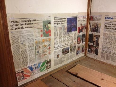 押入の壁に新聞を貼りました。_f0348078_08392758.jpg