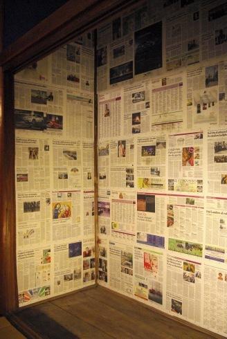 押入の壁に新聞を貼りました。_f0348078_08460135.jpg
