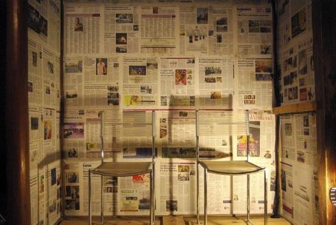 押入の壁に新聞を貼りました。_f0348078_08460286.jpg