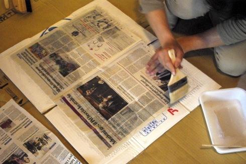 押入の壁に新聞を貼りました。_f0348078_08460334.jpg