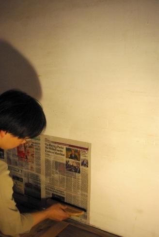 押入の壁に新聞を貼りました。_f0348078_08460429.jpg