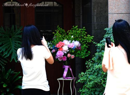 6月生徒さん作品「芍薬とバラの花」スライドショーとほのぼの作品撮影風景 東京目黒不動前フラワースタジオフローラフローラ ちいさな花の教室_a0115684_10502738.jpg