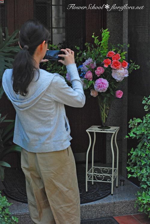 6月生徒さん作品「芍薬とバラの花」スライドショーとほのぼの作品撮影風景 東京目黒不動前フラワースタジオフローラフローラ ちいさな花の教室_a0115684_10514695.jpg