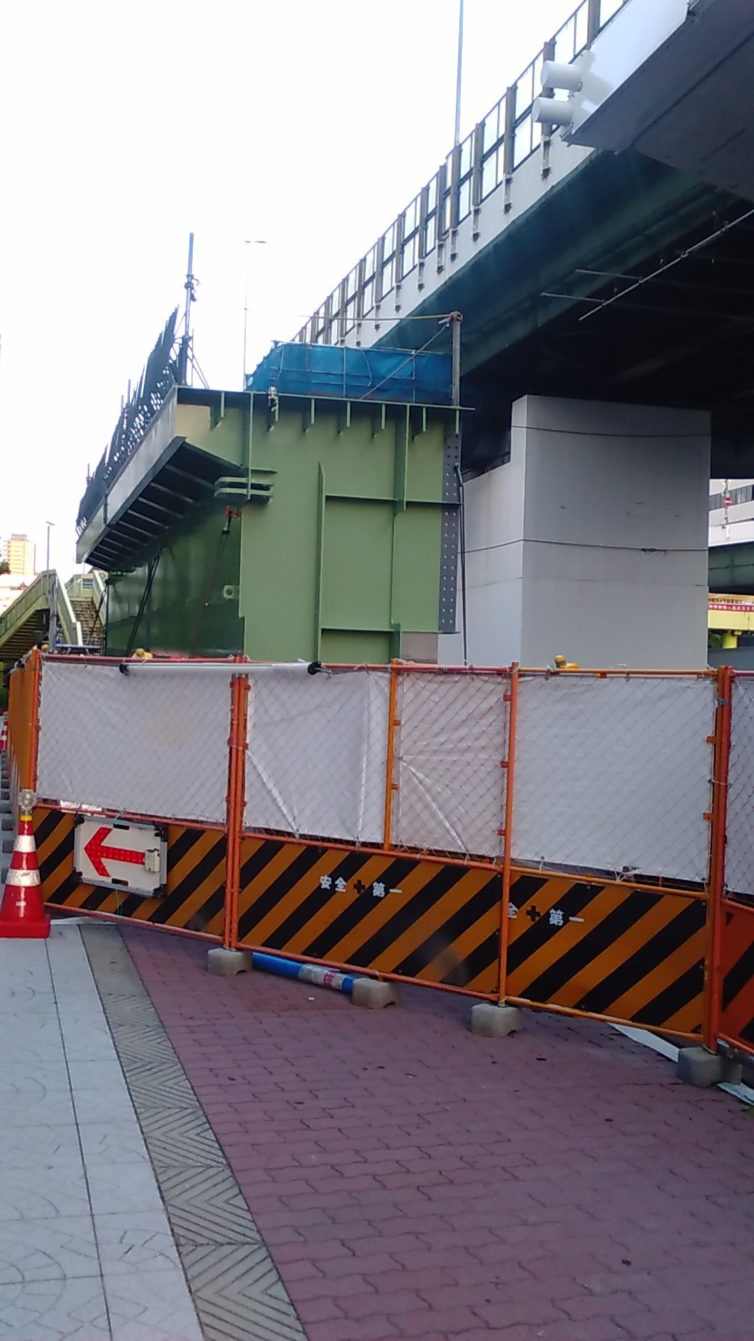 16号大阪港線 阿波座拡幅工事で鋼桁が現場に到着_c0340867_22594961.jpg