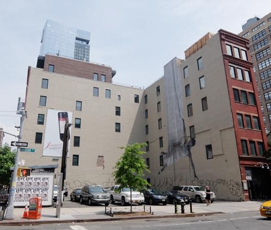 ハドソン・スクエアのビル外壁に描かれた巨大なバレリーナ壁画_b0007805_3345968.jpg