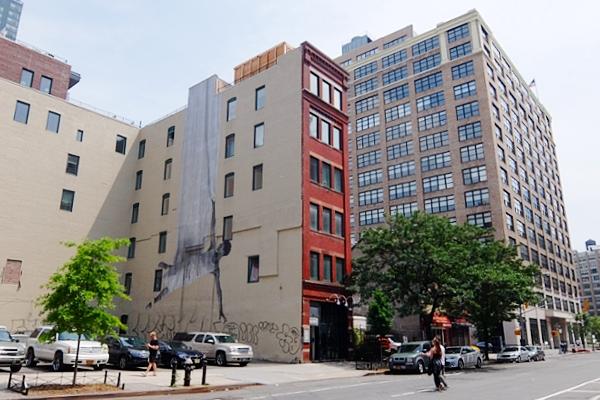 ハドソン・スクエアのビル外壁に描かれた巨大なバレリーナ壁画_b0007805_3353347.jpg