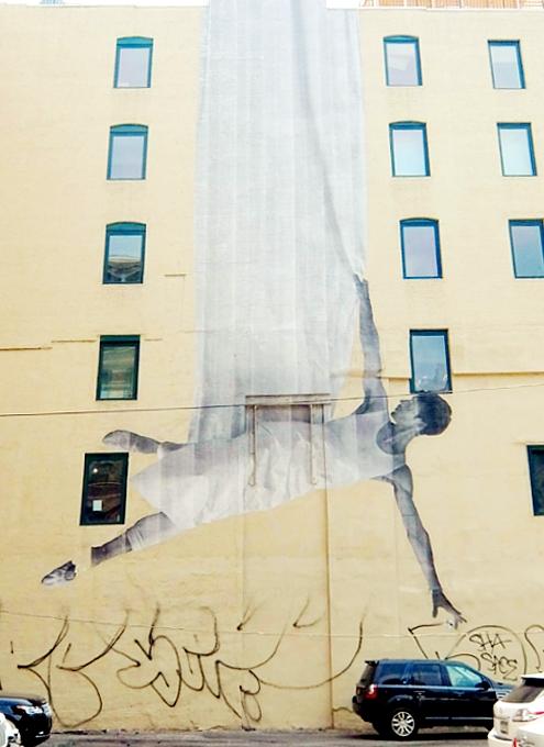 ハドソン・スクエアのビル外壁に描かれた巨大なバレリーナ壁画_b0007805_3364971.jpg