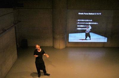 ダンスの根っこを考えさせる梅田宏明さんのリサーチショーイング開催_d0178431_16303221.jpg