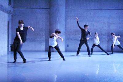 ダンスの根っこを考えさせる梅田宏明さんのリサーチショーイング開催_d0178431_16314510.jpg