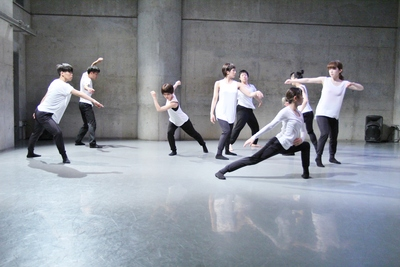 ダンスの根っこを考えさせる梅田宏明さんのリサーチショーイング開催_d0178431_16331650.jpg