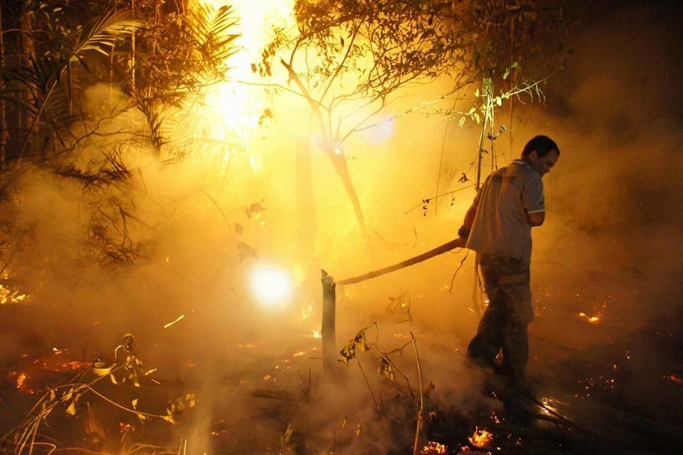消火活動中の様子_d0135210_23372871.jpg