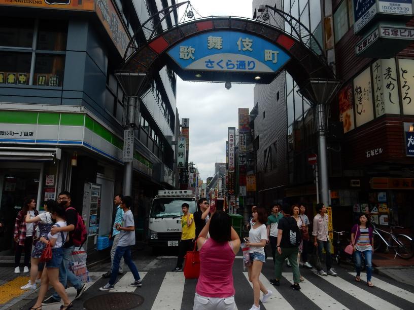 日本人は知らないブラック免税店で扱う商品のビル広告、新宿に現わる_b0235153_9101074.jpg