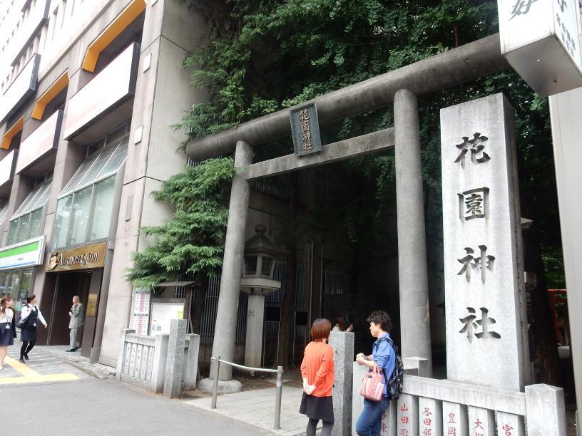 日本人は知らないブラック免税店で扱う商品のビル広告、新宿に現わる_b0235153_9112556.jpg