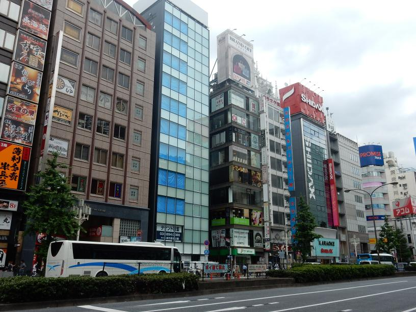 日本人は知らないブラック免税店で扱う商品のビル広告、新宿に現わる_b0235153_995452.jpg