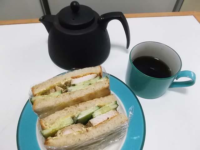 鶏ハムで朝食サンドイッチ_f0019498_952472.jpg