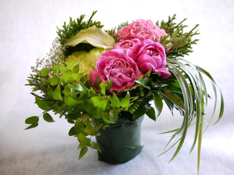 ご命日に。「背は高くせず、ピンクのシャクヤクや数種類のグリーン」。平岸5-10にお届け。_b0171193_18573613.jpg