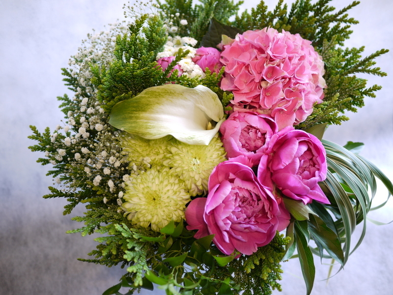 ご命日に。「背は高くせず、ピンクのシャクヤクや数種類のグリーン」。平岸5-10にお届け。_b0171193_18574012.jpg