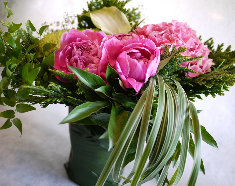ご命日に。「背は高くせず、ピンクのシャクヤクや数種類のグリーン」。平岸5-10にお届け。_b0171193_18574909.jpg