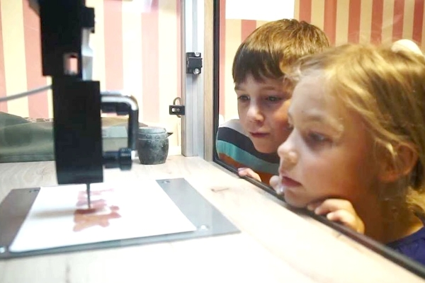 NYのディランズ・キャンディー・バーに世界初の3Dグミ用プリンター登場!!! _b0007805_4191586.jpg