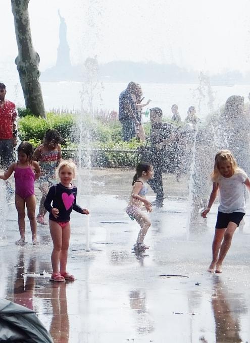 バッテリー・パークの噴水広場は「見る」より「遊ぶ」もの?!_b0007805_5431038.jpg