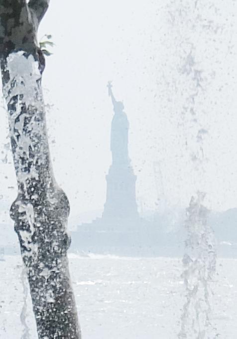 バッテリー・パークの噴水広場は「見る」より「遊ぶ」もの?!_b0007805_5432167.jpg