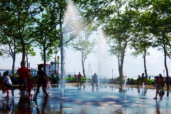 バッテリー・パークの噴水広場は「見る」より「遊ぶ」もの?!_b0007805_546275.jpg