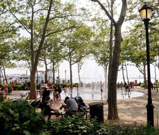 バッテリー・パークの噴水広場は「見る」より「遊ぶ」もの?!_b0007805_663175.jpg