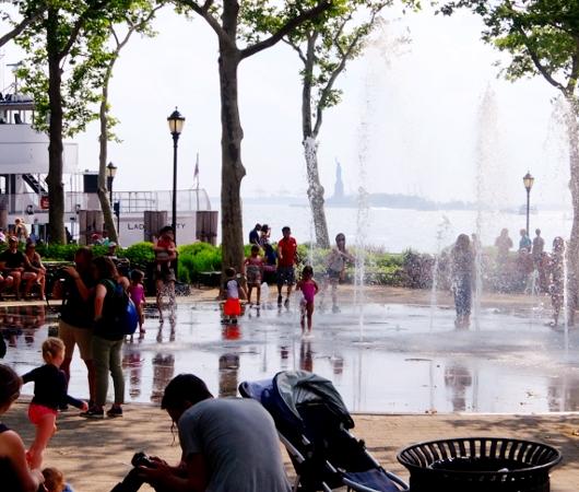 バッテリー・パークの噴水広場は「見る」より「遊ぶ」もの?!_b0007805_66585.jpg
