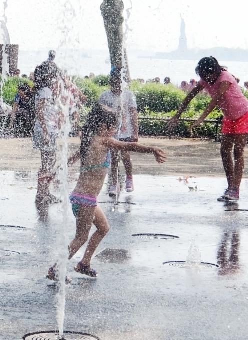 バッテリー・パークの噴水広場は「見る」より「遊ぶ」もの?!_b0007805_674282.jpg