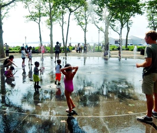 バッテリー・パークの噴水広場は「見る」より「遊ぶ」もの?!_b0007805_682050.jpg