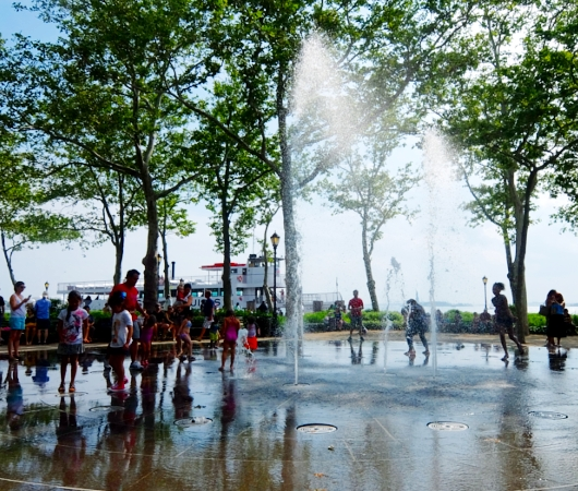 バッテリー・パークの噴水広場は「見る」より「遊ぶ」もの?!_b0007805_685620.jpg