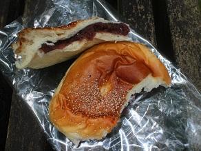 銚子銀座の藤村ベーカリーのパンを香取神宮境内でいただく_c0030645_20172373.jpg