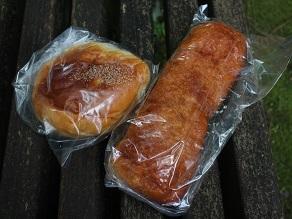 銚子銀座の藤村ベーカリーのパンを香取神宮境内でいただく_c0030645_2092136.jpg