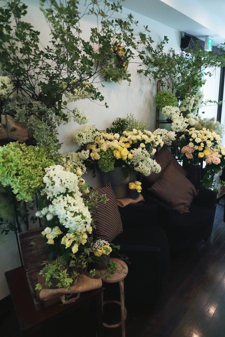 夏の装花 日比谷パレス様へ メイン高砂ソファの装花、レモンイエローで_a0042928_12591126.jpg