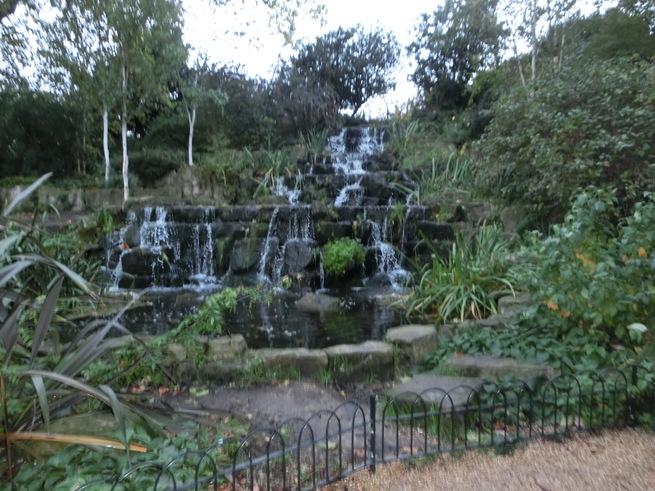 水鳥が戯れる池の日本庭園:ロンドン・リージェンツパーク_c0155158_1531691.jpg