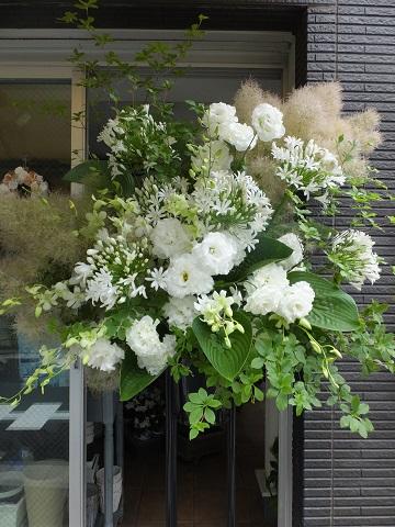オークリーフ(白い花のスタンド装花)_f0049672_12574749.jpg