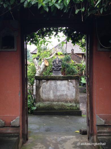 西の入り口にガネーシャ像が飾られておりました。_a0120328_19404461.jpg