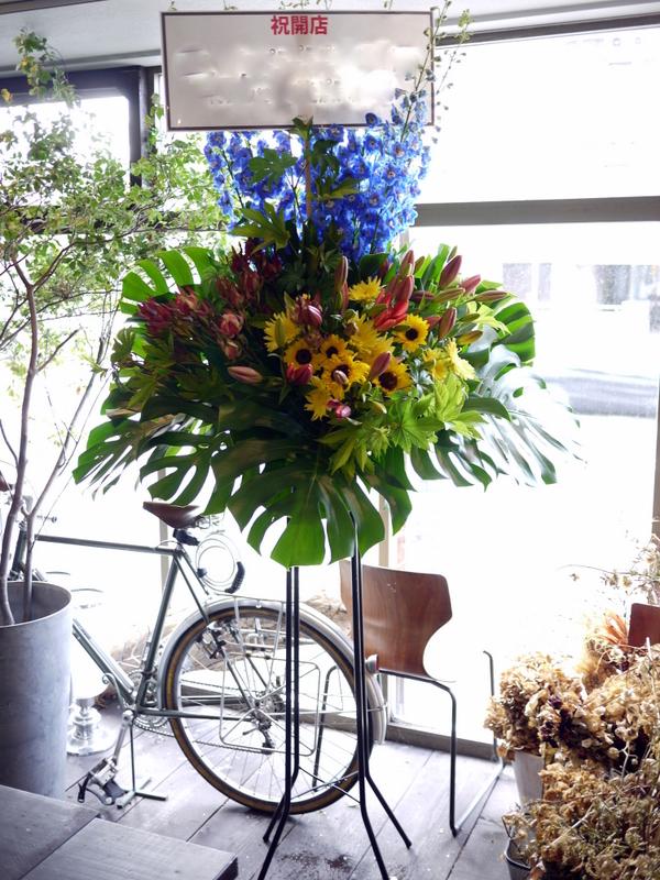 南4西6にオープンのオイスターバーにスタンド花。「スタイリッシュ、オシャレに」。_b0171193_21065911.jpg