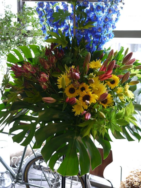 南4西6にオープンのオイスターバーにスタンド花。「スタイリッシュ、オシャレに」。_b0171193_21070934.jpg