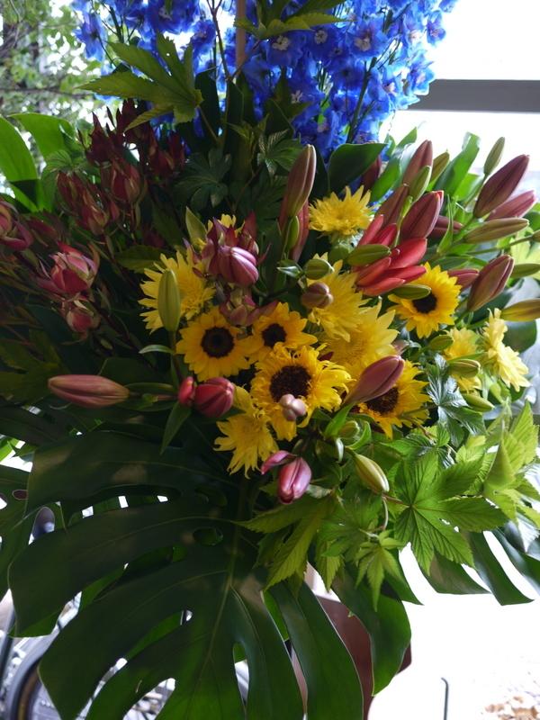 南4西6にオープンのオイスターバーにスタンド花。「スタイリッシュ、オシャレに」。_b0171193_21071205.jpg