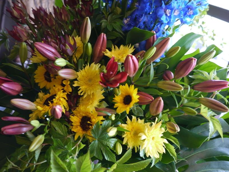 南4西6にオープンのオイスターバーにスタンド花。「スタイリッシュ、オシャレに」。_b0171193_21071672.jpg