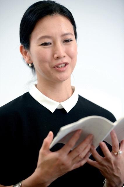 本を手に持つ戸田菜穂