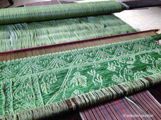 次のソンケットは、笹の葉裏のような色です。_a0120328_18243446.jpg