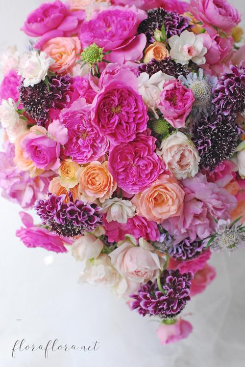 満開のバラとスカビオサ 幸せ満ちあふれるウェディングブーケ 東京目黒不動前フラワースタジオフローラフローラ_a0115684_21232318.jpg