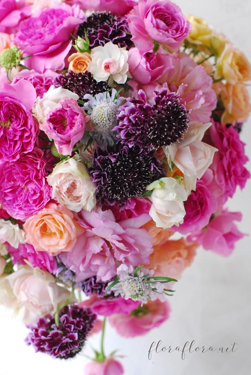 満開のバラとスカビオサ 幸せ満ちあふれるウェディングブーケ 東京目黒不動前フラワースタジオフローラフローラ_a0115684_21234758.jpg