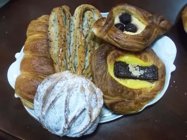 朝一番でパン屋さんへ_f0019498_9272221.jpg