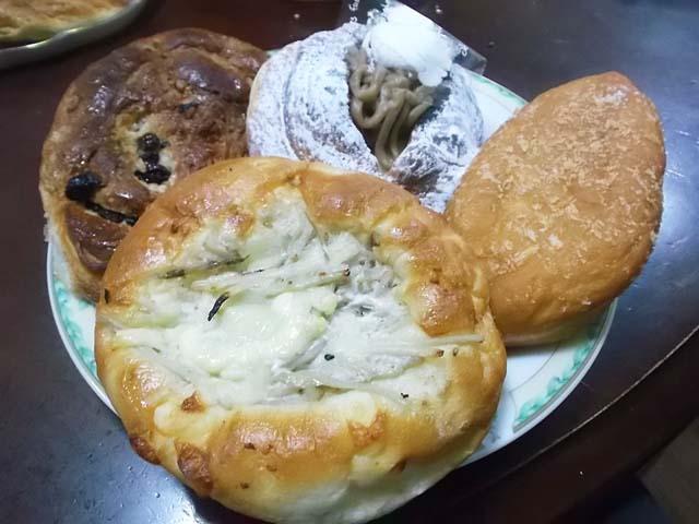 朝一番でパン屋さんへ_f0019498_9273451.jpg