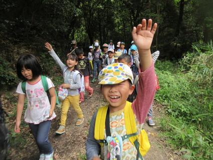 深日小・学童保育の子どもたち 孝子の森で遊ぶ  by  (ナベサダ)_f0053885_2174544.jpg
